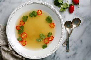 σούπα λαχανικών άσπρο πιάτο