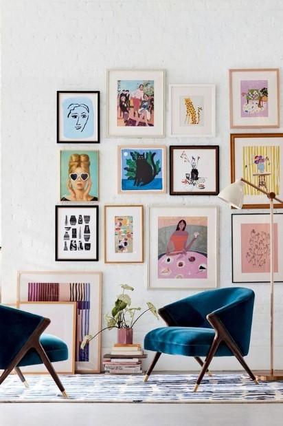 τοίχους πολλούς πίνακες μπλε πολυθρόνα