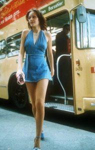 γυναίκα με τζιν φόρεμα