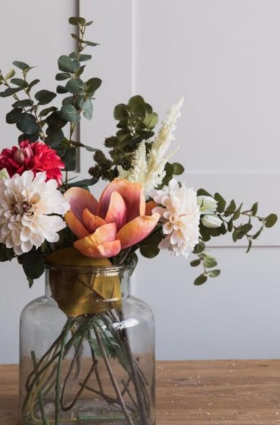 βάζο με ψεύτικα λουλούδια πολύχρωμα