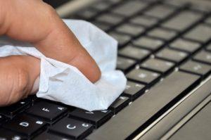 χέρι καθαρίζει πληκτρολόγιο μαντηλάκι