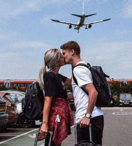 Αγαπημένο ζευγάρι με βαλίτσες που ταξιδεύει