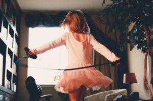 κοριτσακι κανει σχοινακι