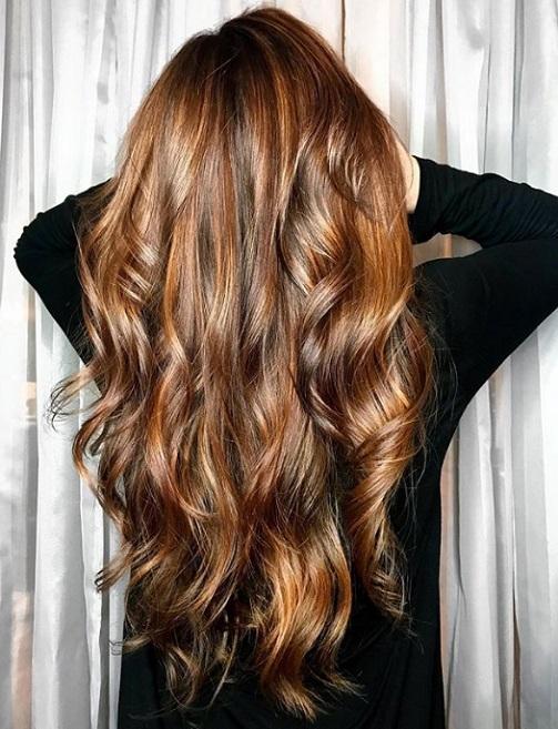 ανταύγειες μαλλιών χρώμα καραμέλας