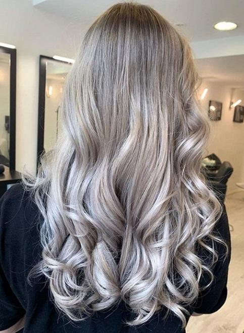 ασημί ξανθά μαλλιά μόδα 2020