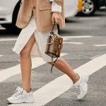 άσπρα αθλητικά παπούτσια στη μόδα