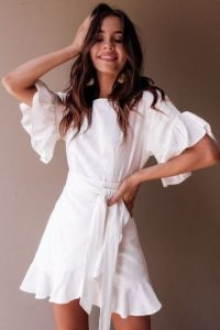 άσπρο μίνι φόρεμα βολάν