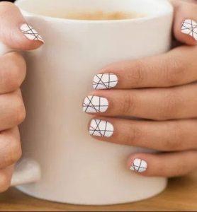 ασπρόμαυρα νύχια με γραμμές