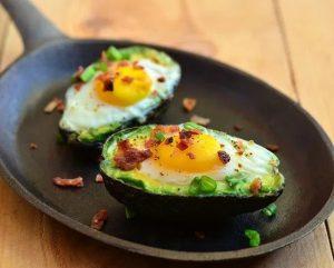 αυγά με αβοκάντο για πρωινό