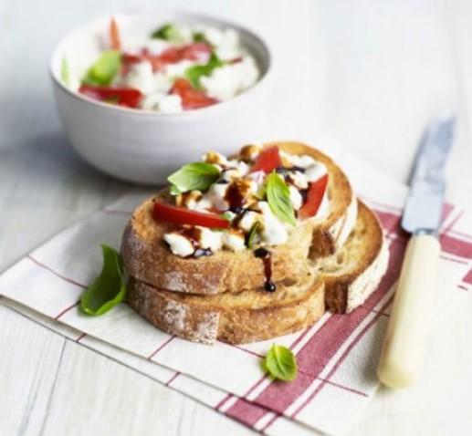 ανοιχτό σάντουιτς με τυρί cottage και πιπεριές