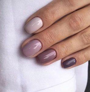 διακριτικά μοβ νύχια