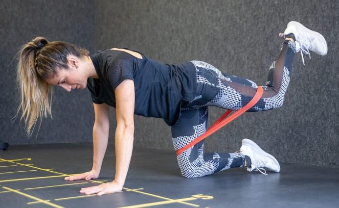 6 Ασκήσεις για γυμναστική με λάστιχα στο σπίτι!