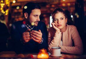 Ενοχλημένη γυναίκα σε ραντεβού