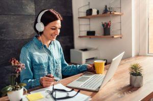γυναίκα ακουστικά βλέπει οθόνη μικροπράγματα διάθεση