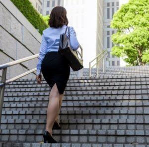 καλοντυμένη γυναίκα ανεβαίνει σκάλες
