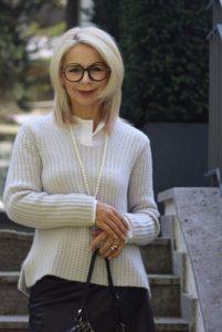 γυναίκα άσπρα μαλλιά μαργαριταρένιο κολιέ στιλιστικά tips 50άρες