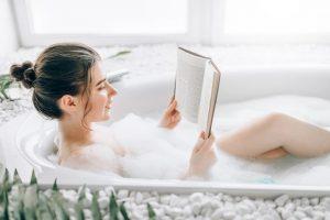 γυναίκα διαβάζει ενώ κάνει μπάνιο
