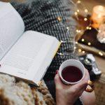 γυναίκα διαβάζει βιβλίο καφέ μυθιστορήματα πρέπει διαβάσεις