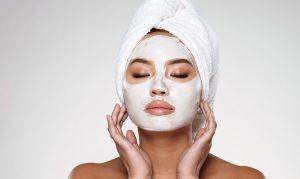γυναίκα έχει άσπρη μάσκα ομορφιάς