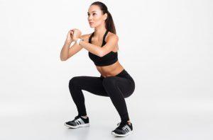 γυναίκα κάνει squats