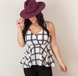 γυναίκα με καρό μπλουζάκι και μπορντό καπέλο