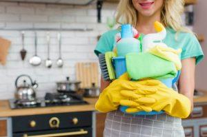 γυναίκα κρατάει καθαριστικά σπίτι περάσεις μέρα σπίτι