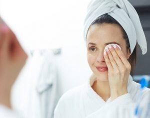 γυναίκα ξεβάφεται στο μπάνιο της