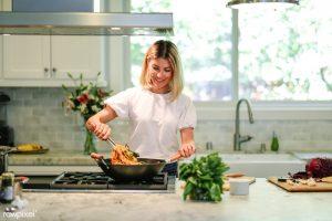 γυναίκα μαγειρεύει μεγάλη κουζίνα