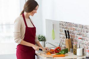 γυναίκα μαγειρεύει με ποδιά