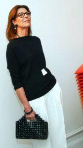 γυναίκα μαύρα σκουλαρίκια μαύρα βραχιόλια