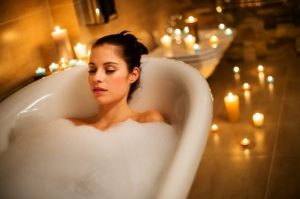 γυναίκα μπανιέρα αφρόλουτρο μπάνιο κεριά μικροπράγματα διάθεση
