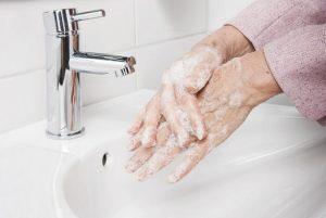 γυναίκα πλένει τα χέρια της