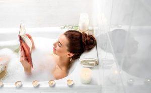 γυναίκα χαλαρώνει στο μπάνιο