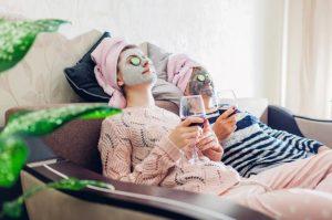 γυναίκες με μάσκες ομορφιάς για self- care