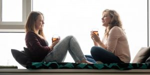 γυναίκες ζυζητάν στο σπίτι