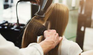 ίσιωμα μαλλιών με πιστολάκι