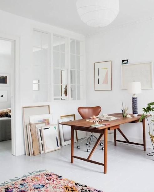 καφέ γραφείο στη μέση του δωματίου γραφείο home office