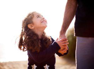 κοριτσάκι κρατάει χέρι μπαμπά σχέση παντρεμένο