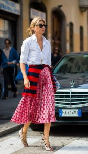 λευκό πουκάμισο εμπριμέ φούστα στιλιστικά tips 50άρες