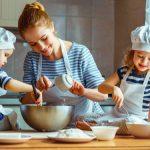 μαμά μαγειρεύει με δύο παιδιά δραστηριότητες σπίτι παιδιά