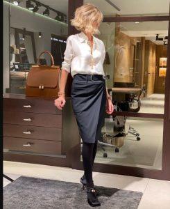 μαύρη φούστα γόνατο άσπρο πουκάμισο