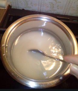 ριχνω ζαχαρη νερο μελι σε κατσαρολα