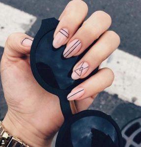 νύχια με γεωμετρικά σχήματα και σχέδια