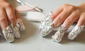 νύχια τυλιγμένα αλουμινόχαρτο ασετόν