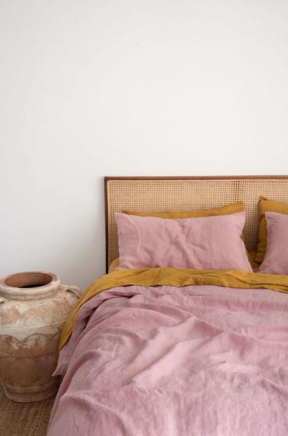ψάθινο κρεβάτι ροζ πορτοκαλί σεντόνια
