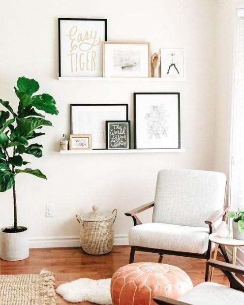 ράφια με πίνακες πολυθρόνα γλάστρα