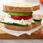 Σάντουιτς με τυρί cottage και αβοκάντο
