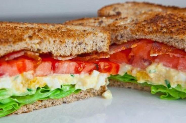 Σάντουιτς με τυρί cottage και καλαμπόκι