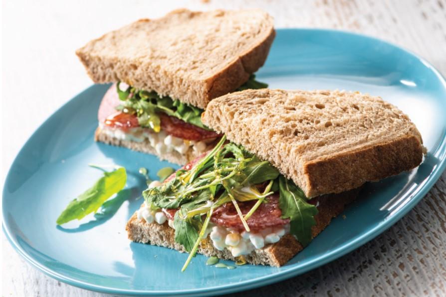 Σάντουιτς με τυρί cottage και σαλάμι αέρος