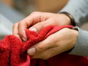 στέγνωμα χεριών με πετσέτα